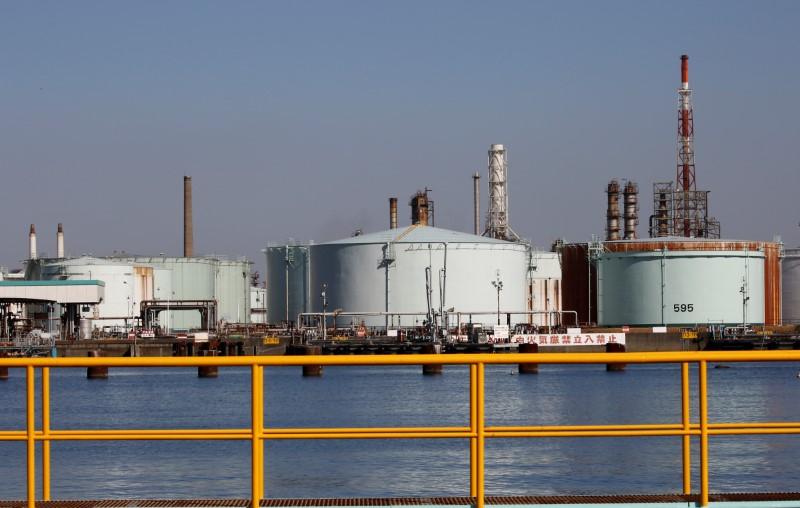 Цены на нефть снижаются на данных об увеличении запасов в США