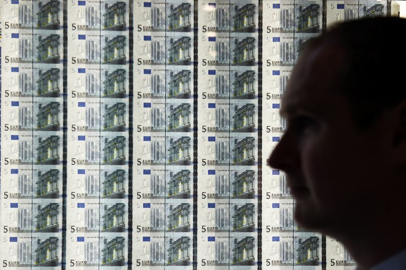 Cредний курс покупки/продажи наличного евро в банках Москвы на 13:00 мск составил 83,83/85,15 руб.