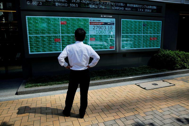 Японские акции упали до месячного минимума на фоне опасений о поставках и стимулах в США