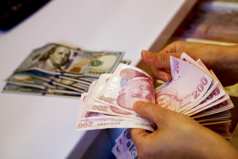 EMERGING MARKETS-Акции слабо начали 4 кв из-за опасений о росте и инфляции