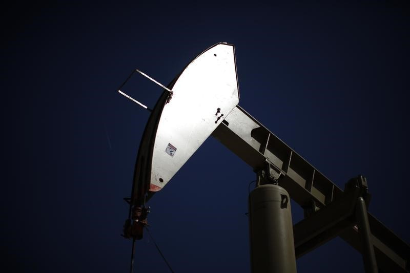 Цены на нефть слабо снижаются после роста в пятницу