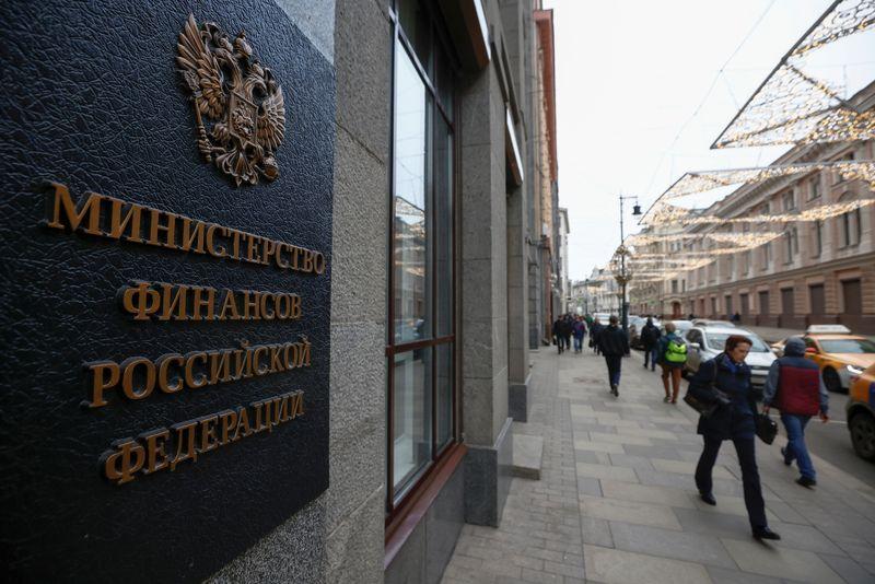ОПРОС-Минфин РФ в октябре может увеличить покупку валюты по бюджетному правилу на 7%