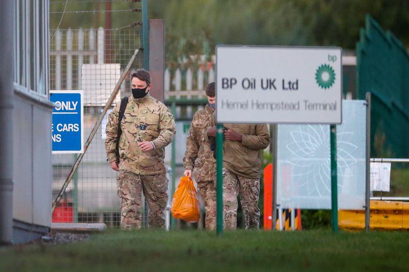 Британская армия начала доставку топлива на автозаправочные станции