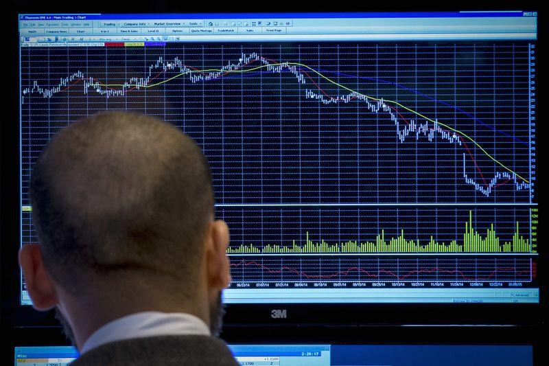 Европейские фондовые индикаторы снижаются на слабых статданных