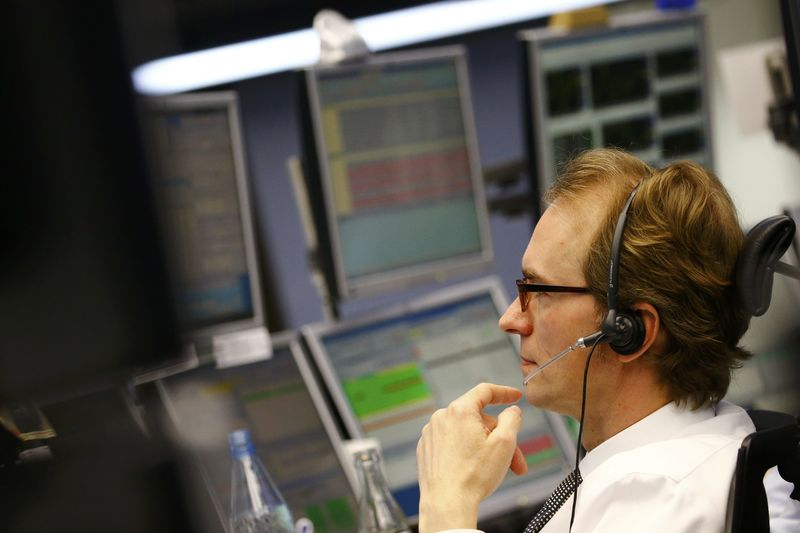 Рынок акций Московской биржи по состоянию на 13:00 мск 6 октября снижается