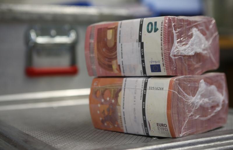 Cредний курс покупки/продажи наличного евро в банках Москвы на 13:00 мск составил 83,1/84,34 руб.