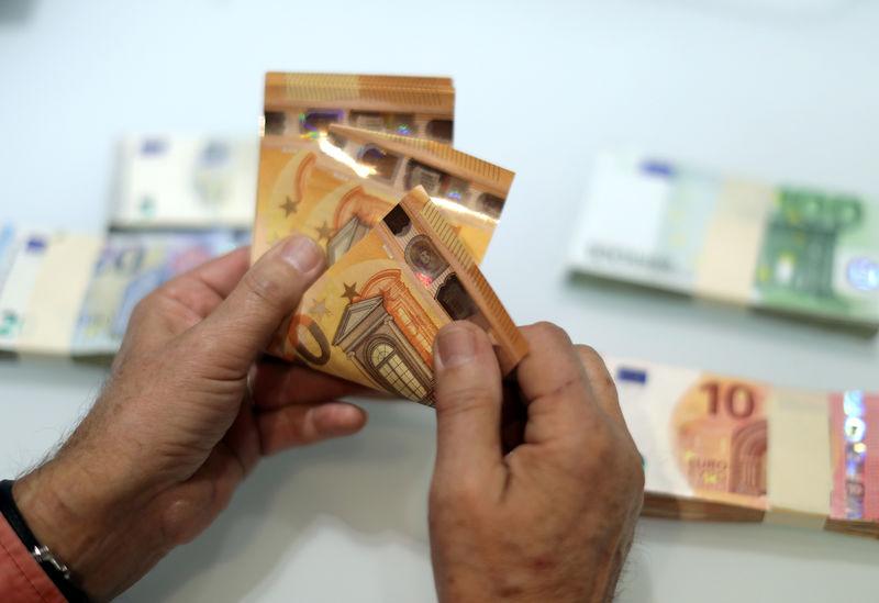 Cредний курс покупки/продажи наличного евро в банках Москвы на 13:00 мск составил 82,56/83,87 руб.