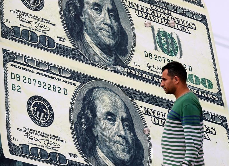 Cредний курс покупки/продажи наличного доллара в банках Москвы на 16:00 мск составил 71,3/72,61 руб.