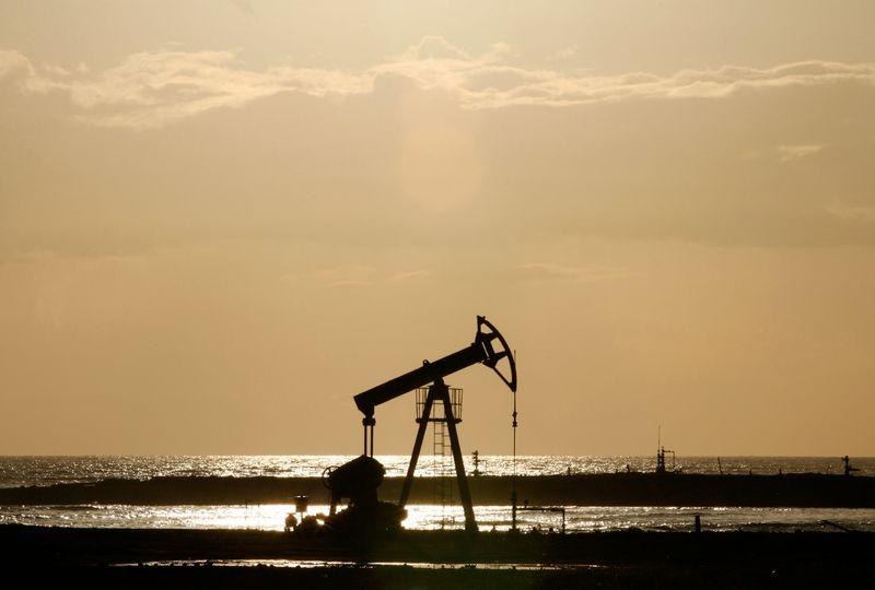Нефть снижается в преддверии данных EIA о запасах в США