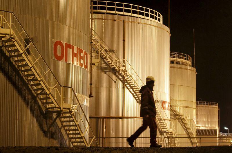 При цене на нефть в $60 за баррель дополнительные поступления в ФНБ в 2021 году составят около 2,5 трлн руб. - Новак