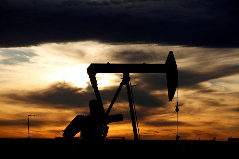 Цены на нефть в плюсе благодаря улучшению экономического прогноза, снижению запасов бензина в США