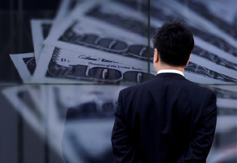 Средний курс продажи наличного доллара США в банках Москвы достиг минимального значения за месяц и составляет 74,2482 руб.