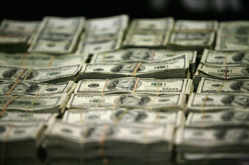 По состоянию на 13:00 мск 6 апреля средний оптовый курс покупки/продажи наличного доллара в банках Москвы составил 76,07/76,55 руб.
