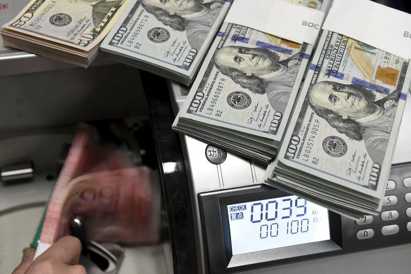 Cредний курс покупки/продажи наличного доллара в банках Москвы на 16:00 мск составил 75,86/77,31 руб.
