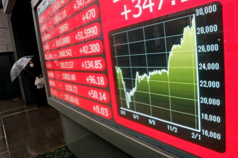 Японские акции закрылись ростом в поисках выгодных сделок, Toshiba растет