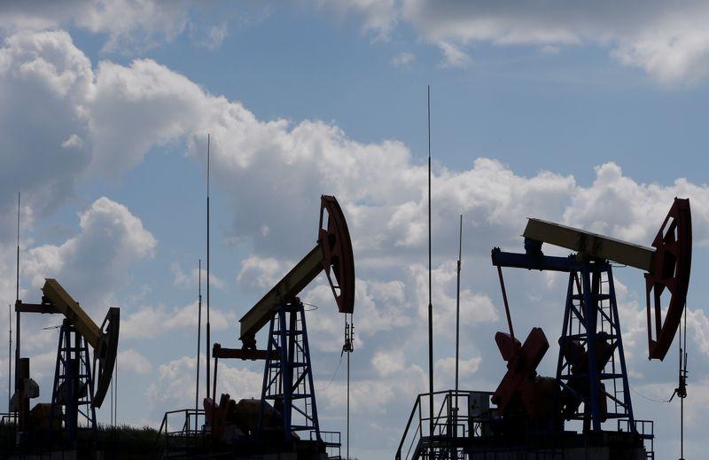 РФ увеличила добычу нефти и газоконденсата до 10,52 млн барр/сут за 1-6 апр -- источники