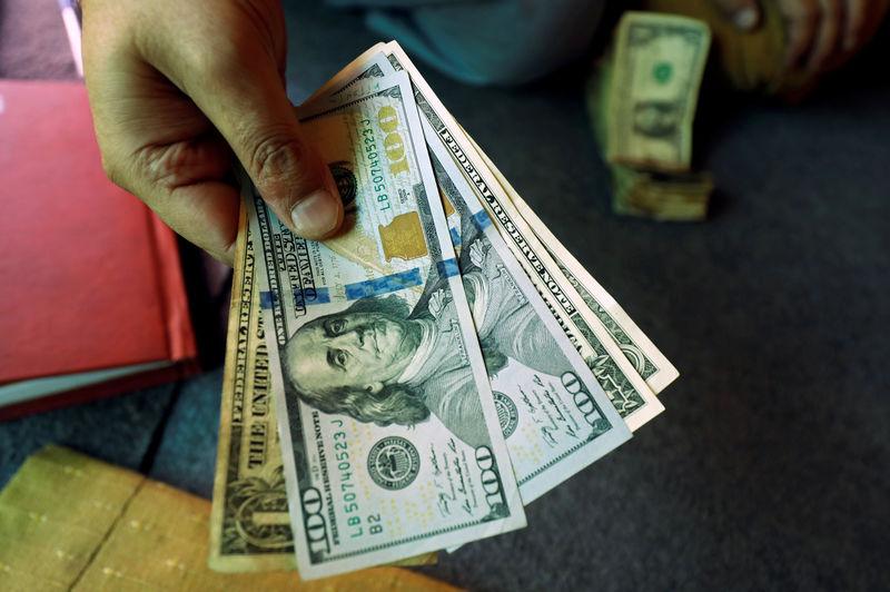 Cредний курс покупки/продажи наличного доллара в банках Москвы на 10:00 мск составил 75,55/77,95 руб.