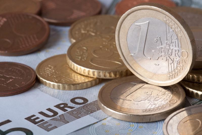 Cредний курс покупки/продажи наличного евро в банках Москвы на 13:00 мск составил 90,55/92,23 руб.