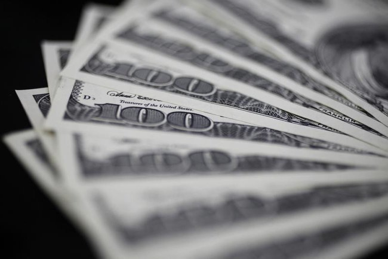 По состоянию на 13:00 мск 8 апреля средний оптовый курс покупки/продажи наличного доллара в банках Москвы составил 76,53/77,68 руб.