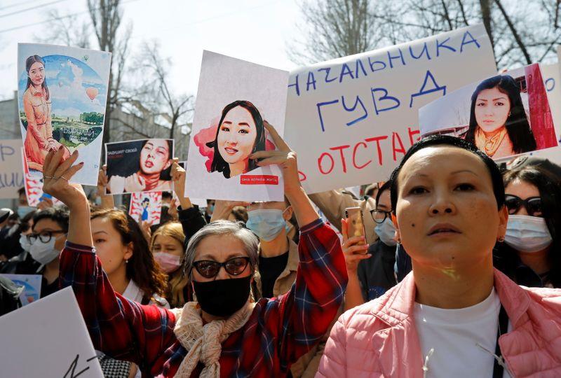 Сотни людей вышли на акцию протеста в Бишкеке из-за похищения и убийства женщины