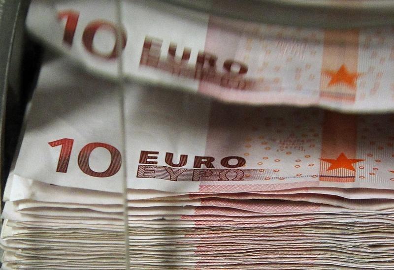 Доллар и евро незначительно меняются в ходе торгов на