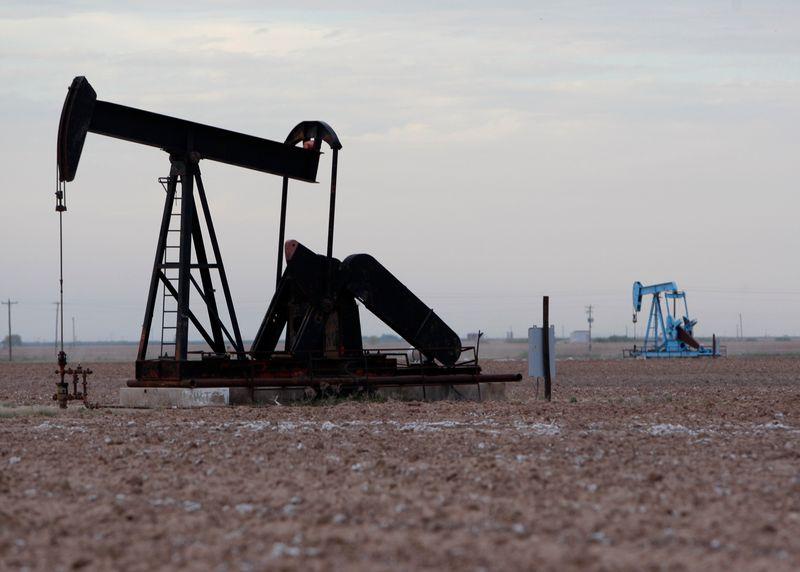 Цены на нефть снижаются, инвесторы следят за ростом предложения