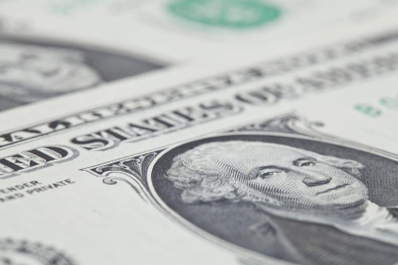 По состоянию на 13:00 мск 12 апреля средний оптовый курс покупки/продажи наличного доллара в банках Москвы составил 76,78/77,77 руб.