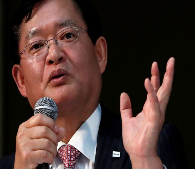 Глава Toshiba подал в отставку, акции подскочили на фоне ожиданий борьбы за покупку компании