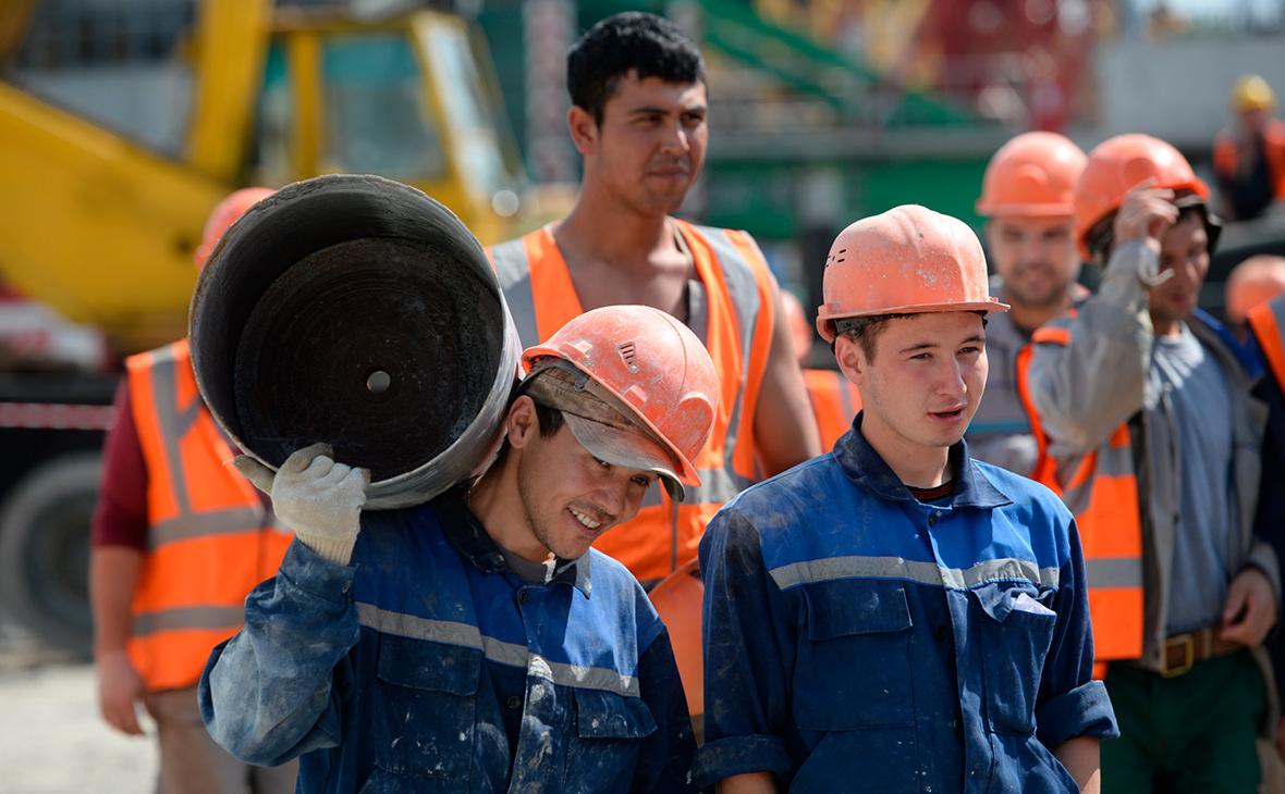 До трети строителей-мигрантов в России перешли на работу курьерами