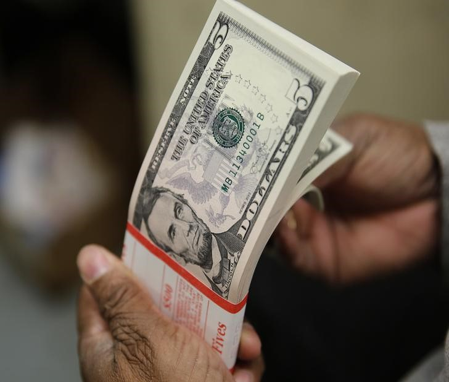 Средний курс продажи наличного доллара США в банках Москвы достиг минимального значения за неделю и составляет 76,4212 руб.