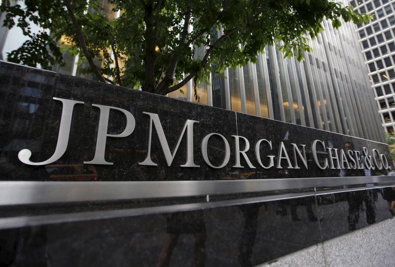 Прибыль JPMorgan резко выросла в 1 кв за счет выручки от торговли, инвестиционного банкинга