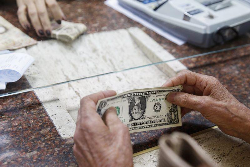 Cредний курс покупки/продажи наличного доллара в банках Москвы на 16:00 мск составил 75,08/76,56 руб.