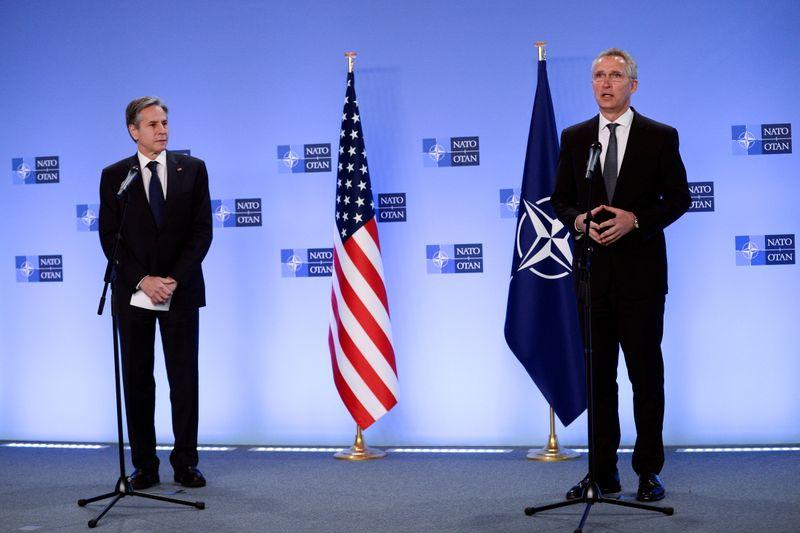 Силы НАТО вместе покинут Афганистан -- госсекретарь США