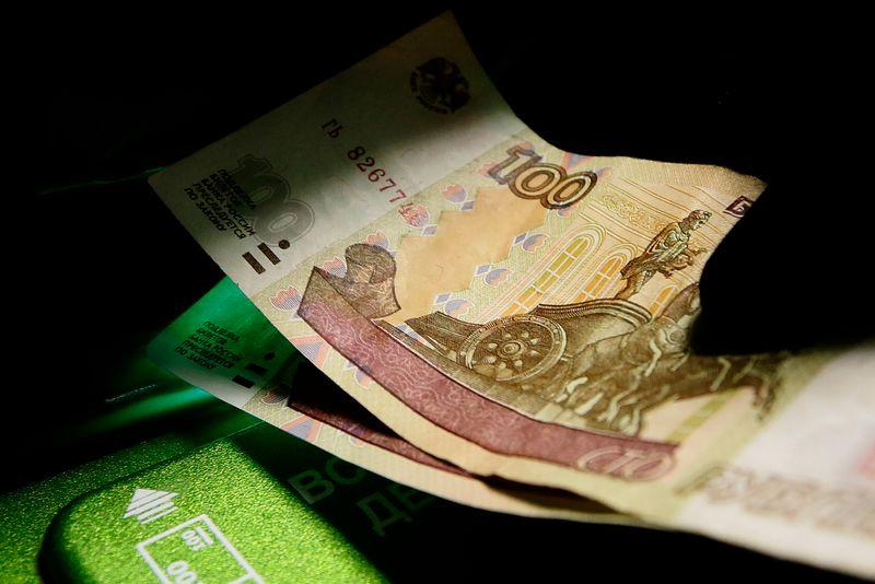 Рубль падает из-за угрозы американских санкций в отношении госдолга РФ