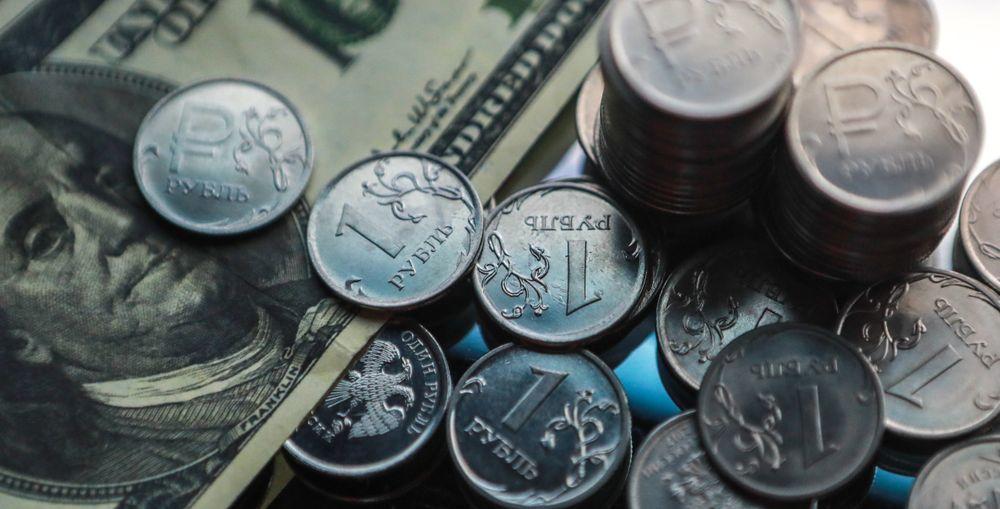 Рублю опять угрожают