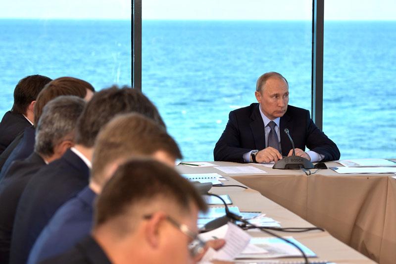Путин поручил правительству подготовить предложения о механизмах предоставления средств ФНБ Фонду ЖКХ