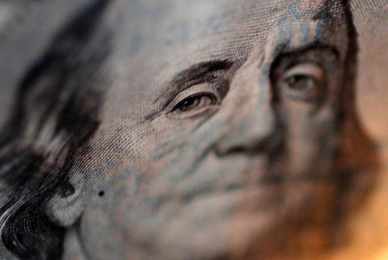 За первые пять минут торгов курс доллара США понизился до 76,3704 руб.