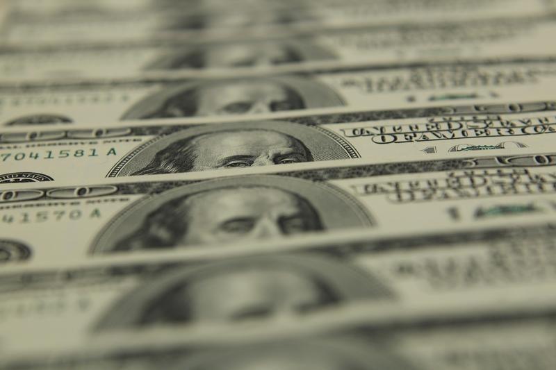 Средний курс продажи наличного доллара США в банках Москвы достиг минимального значения за неделю и составляет 76,5195 руб.