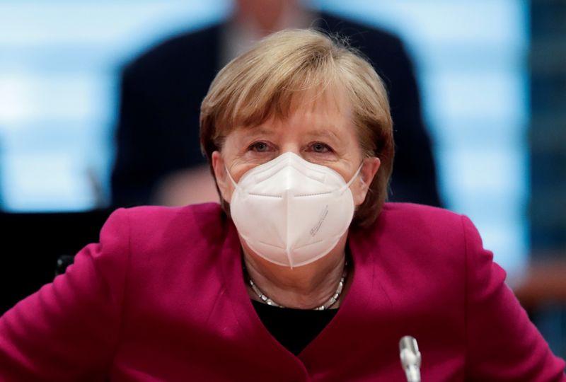 Меркель назвала локдауны и комендантский час необходимостью