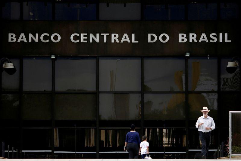 ГРАФИК-Центробанки развивающихся рынков приступили к ужесточению политики