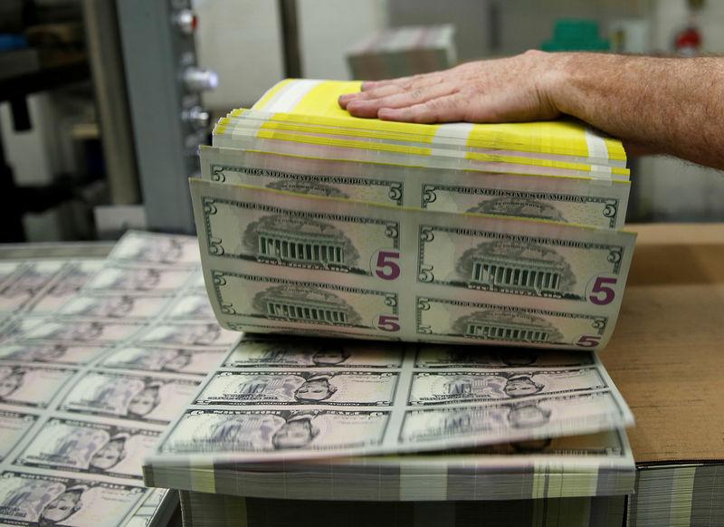 Cредний курс покупки/продажи наличного доллара в банках Москвы на 13:00 мск составил 75,35/76,83 руб.