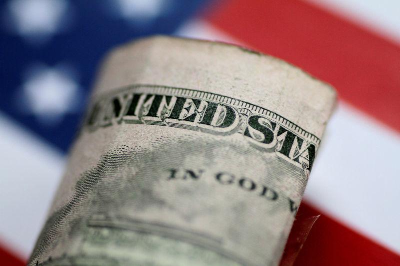 Средний курс продажи наличного доллара США в банках Москвы достиг минимального значения за неделю и составляет 76,8265 руб.