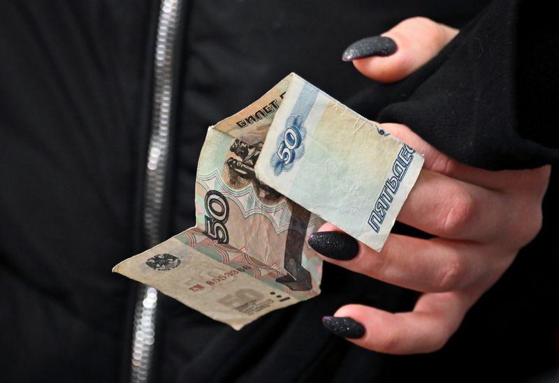 Рубль и ОФЗ в понедельник подешевели из-за геополитических рисков