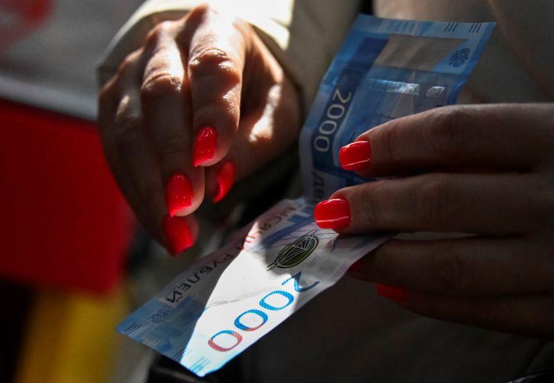 Рубль без ухудшения геополитики подрастает на фоне дорогой нефти и дешевого доллара