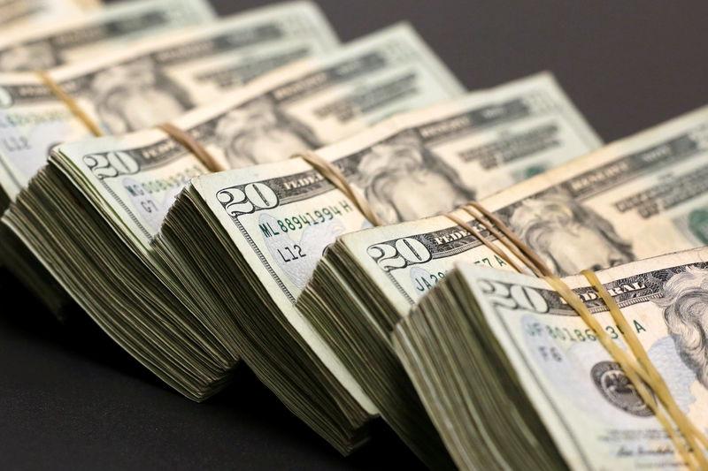 По состоянию на 13:00 мск 20 апреля средний оптовый курс покупки/продажи наличного доллара в банках Москвы составил 75,69/76,59 руб.
