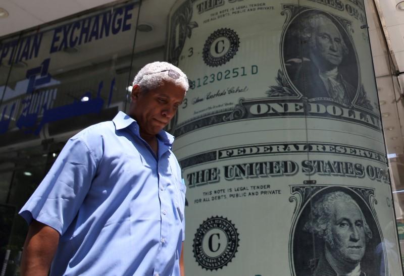 Средний курс продажи наличного доллара США в банках Москвы достиг минимального значения за неделю и составляет 76,8328 руб.