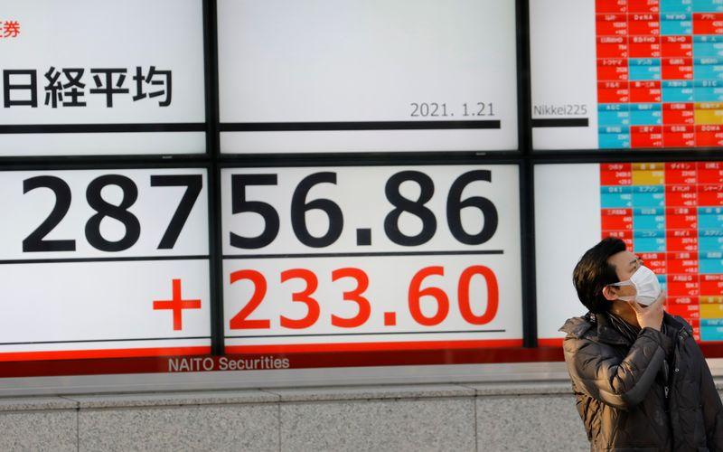 Японские акции закрылись снижением из-за вероятности нового локдауна