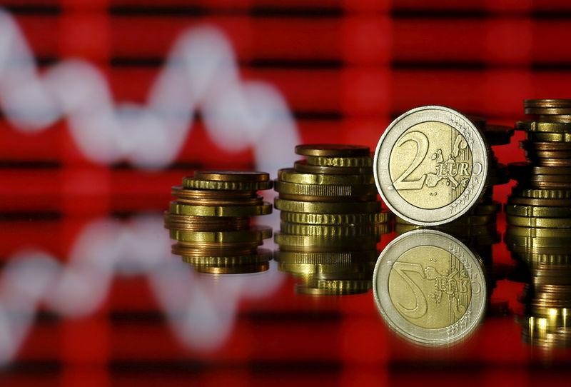 Доллар и евро снижаются в ходе торгов на