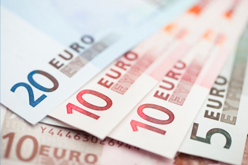 Cредний курс покупки/продажи наличного евро в банках Москвы на 13:00 мск составил 89,52/91,3 руб.