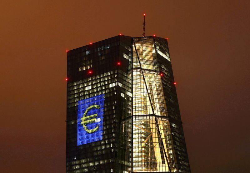 ЕЦБ повысил прогнозы роста и инфляции, считает риски сбалансированными
